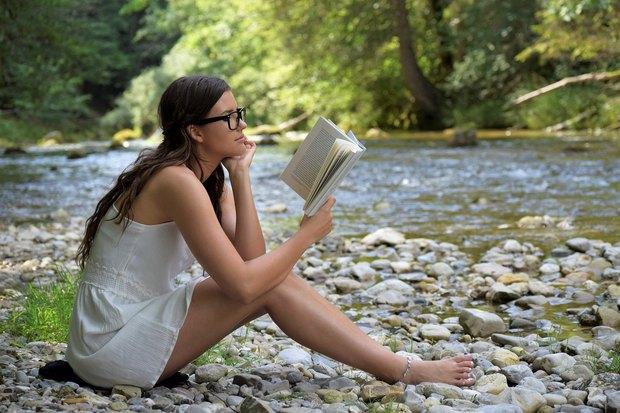 девушка читает книгу на английском в оригинале